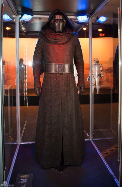 Szemtől szemben Kylo Ren jelmeze.<br /><br />A fekete fonattal borított pamut kabát alatt gyapjúból készült ruhát visel. Az alsó tunika pamutból, a nadrágja pedig farmer anyagból készült - derül ki a leírásból. A kesztyűje és csizmája bőr, ahogy egy főgonoszhoz illik. ;)<br /><br />(fotó: rebelscum.com)