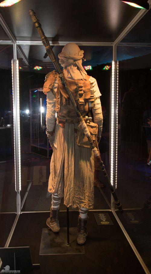 Rey hátizsákja szintén bőrből van, az oldaltáska anyaga vászon, a bot pedig 3D nyomtatással készült. Sok apró részlettel a jelmez tökéletesen illeszkedik a 'used galaxy' koncepciójába.<br /><br />(fotó: rebelscum.com)