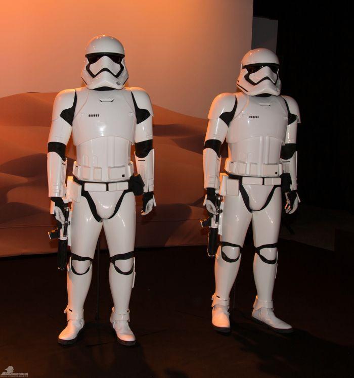 'A fényes páncélzattal és erős fegyverzettel felszerelt rohamosztagosok az Első Rend akaratának végrehajtói' - olvasható a kiállításon.<br /><br />(fotó: rebelscum.com)
