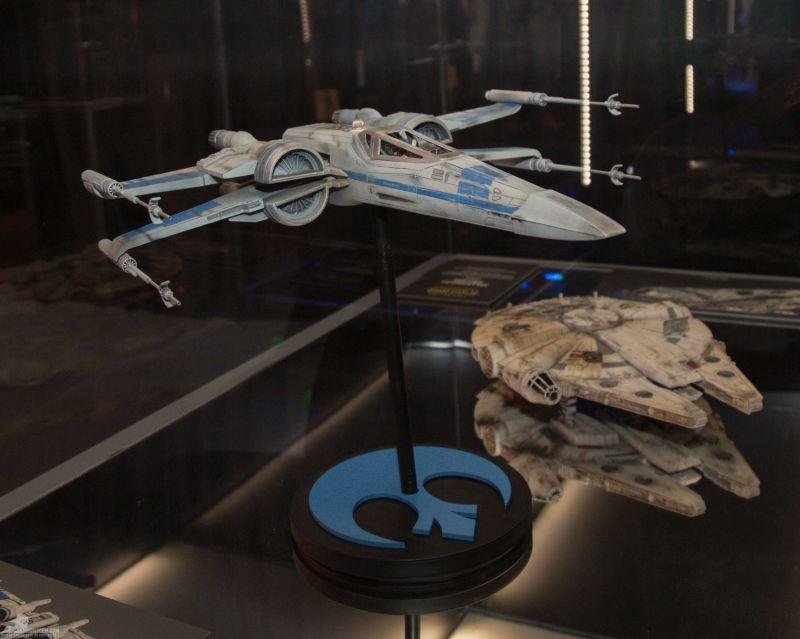 Az új X-szárnyú vadász és a Millennium Falcon filmhez készült makettje.<br /><br />A Falcont műanyagból, az X-szárnyút gyantából öntötték ki, szilikongumi formába. A makettek akril festést kaptak. A piszok és kopás pasztell festék formájában került rájuk.<br /><br />(fotó: rebelscum.com)