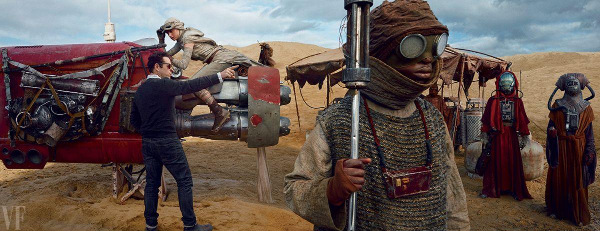 Piaci jelenet a Jakku bolygón - J.J. Abrams rendező instruálja a robogójára pattanó Reyt (Daisy Ridley).