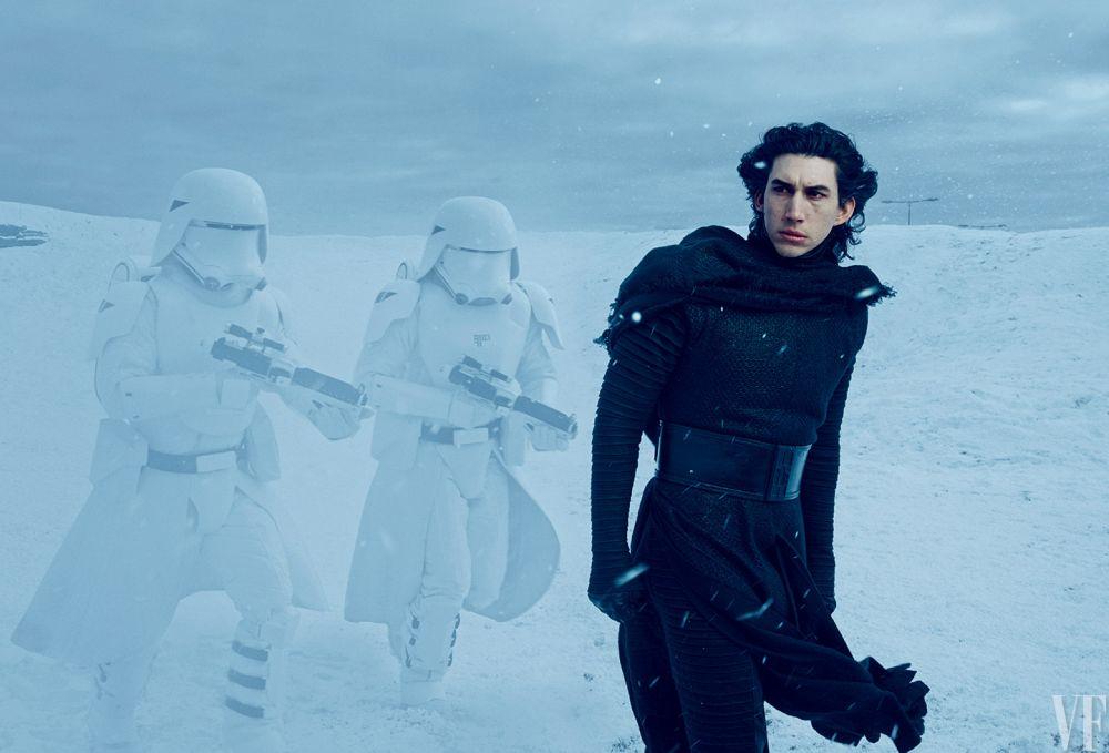Többé nem titok, hogy Adam Driver alakítja Kylo Rent. Itt épp snowtrooperek kíséretében látható az Első Rend titkos bázisának bolygóján.