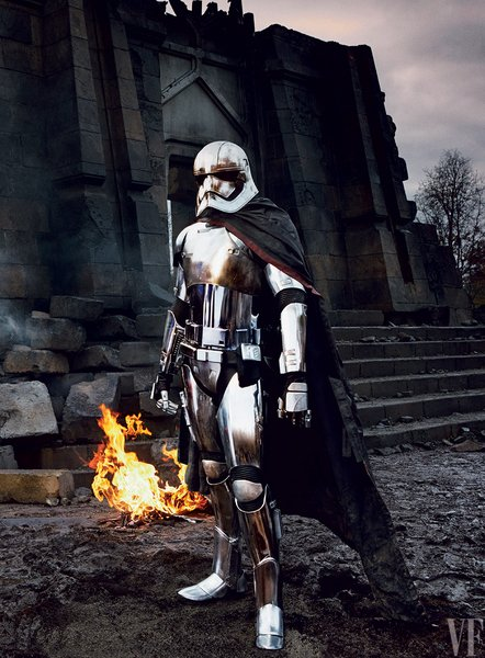 Gwendoline Christie játssza az előzetesben már látott krómszínű rohamosztagost, az Első Rend tisztjét, Phasma kapitányt.