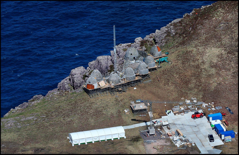 A díszlet közelében áll a stáb által használt tábor.