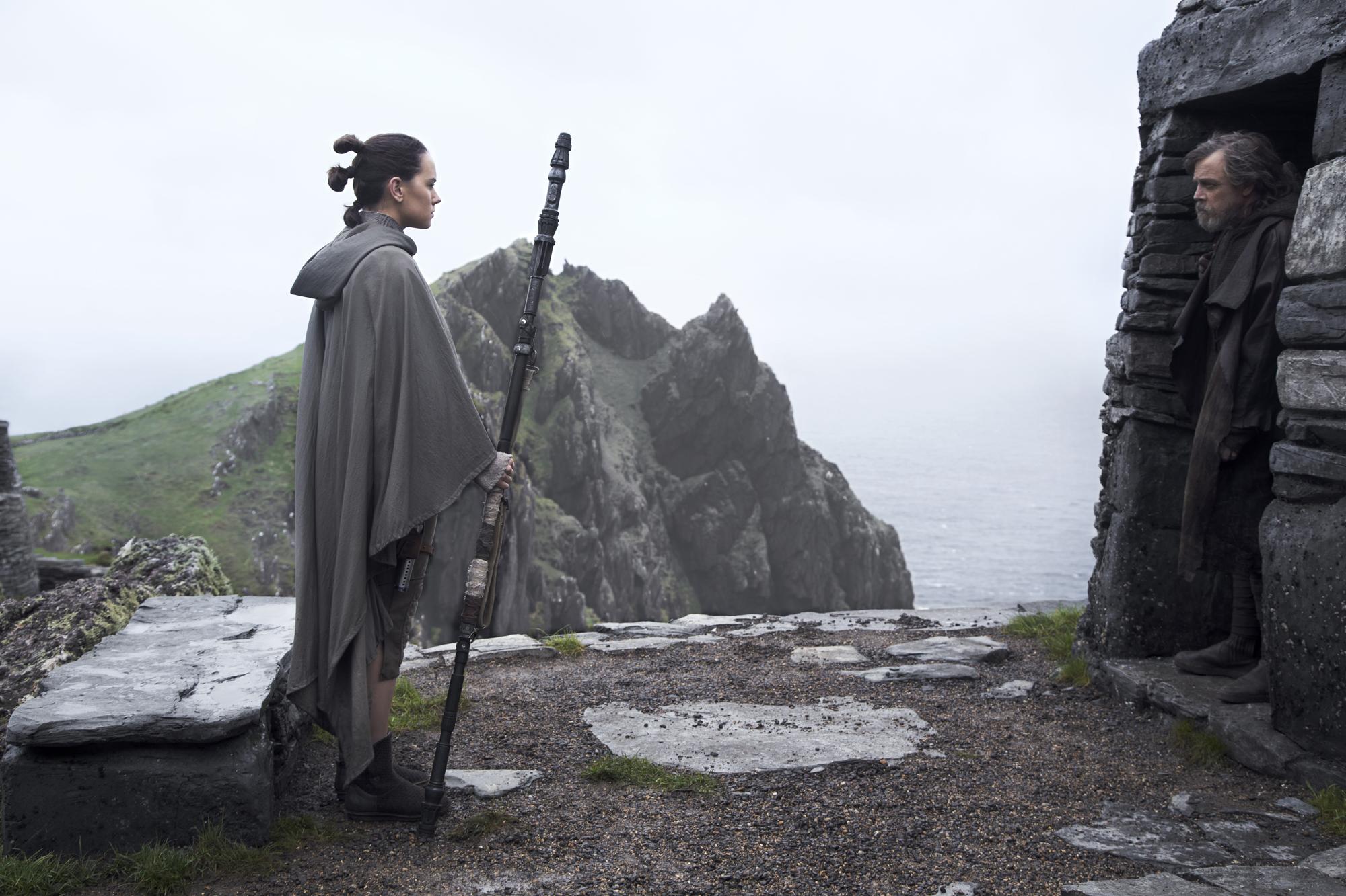 Johnson egy korábbi interjúban elárulta a film egyik fő témáját: a hőseinkkel találkozni nem mindig kellemes élmény.