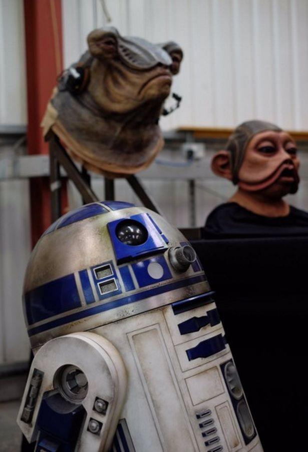 R2-D2 és néhány idegen lény maszkja (forrás: Twitter)
