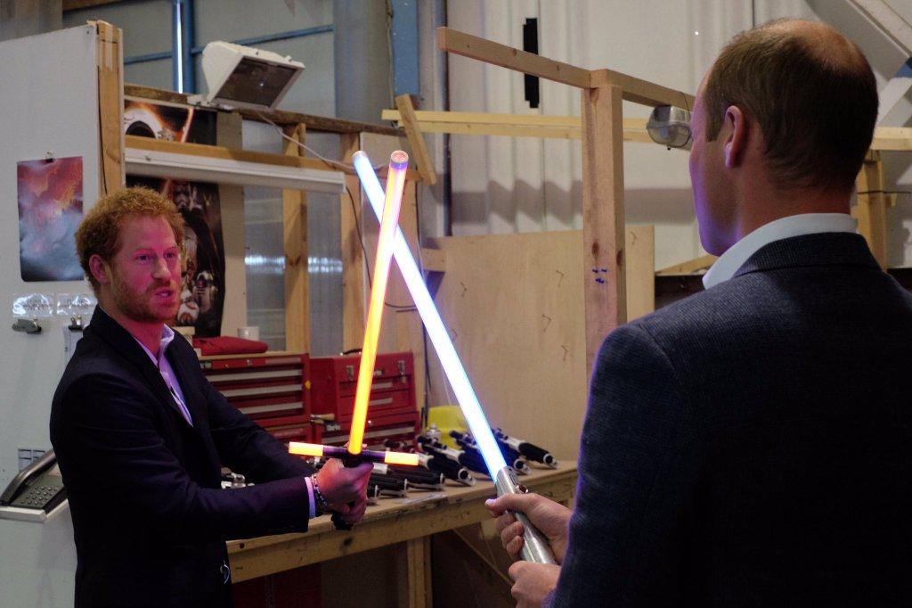 Kylo Ren és Anakin Skywalker kardja Harry és Vilmos kezében (forrás: Twitter)