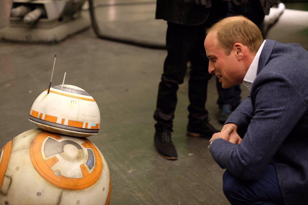 Vilmos herceg BB-8-cal barátkozik (forrás: Twitter)