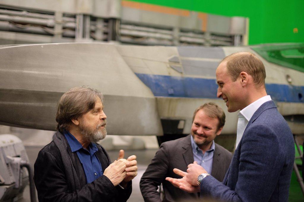 Mark Hamill (Luke Skywalker), Rian Johnson rendező és Vilmos herceg (forrás: Twitter)