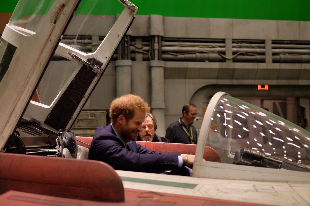 Mark Hamill ad repülési tippeket Harry hercegnek. Vagány díszlet a háttérben. (forrás: Twitter)