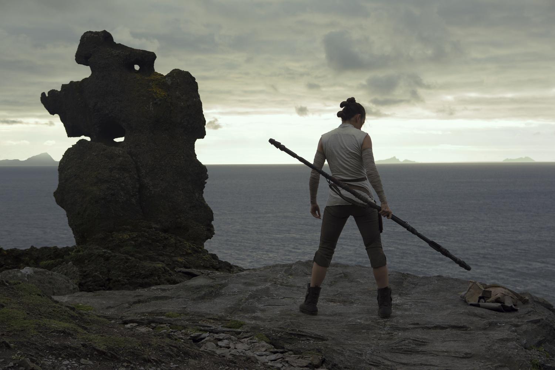 Talán hosszú az út odáig, de meglepne, ha a múltját kereső Rey és a mindenből kiábrándult Luke végül nem alkotna mégiscsak jó párost.