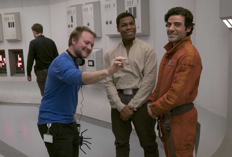 Rian Johnson rendező a Finnt alakító John Boyegával és a Poe Dameront játszó Oscar Isaackel