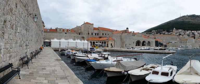 Kiszolgáló sátrak az óváros kikötőjében.