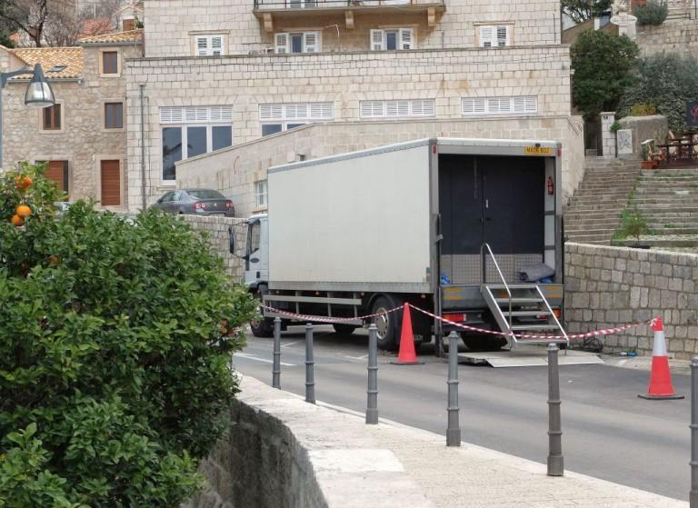A stáb teherautói sokfelé felfedezhetők a városban.