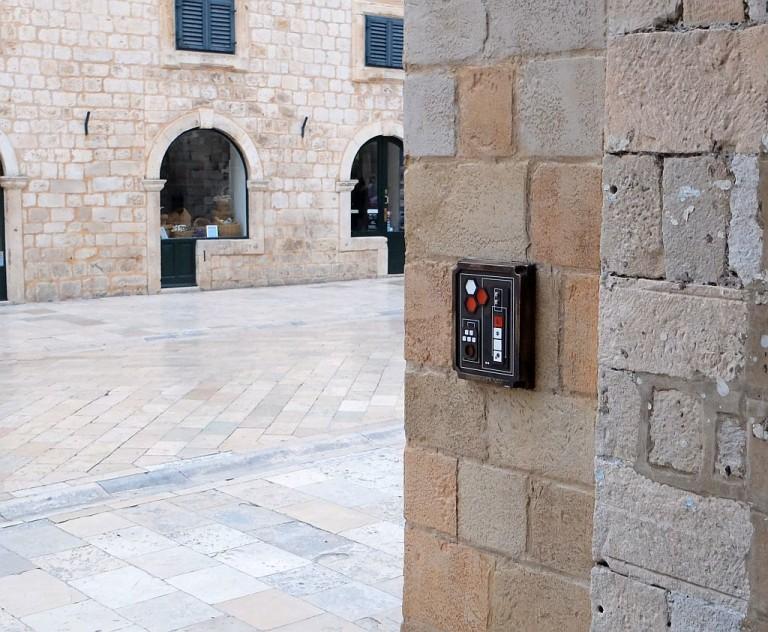 Jellegzetes kapcsolótábla a falon.