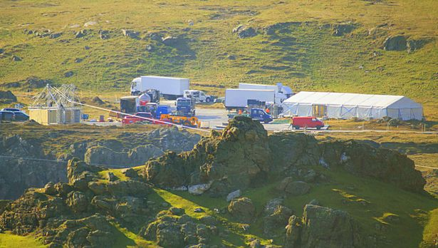 Sátrak, konténerek és teherautók is jelzik a stáb jelenlétét. (fotó: Irish Mirror)