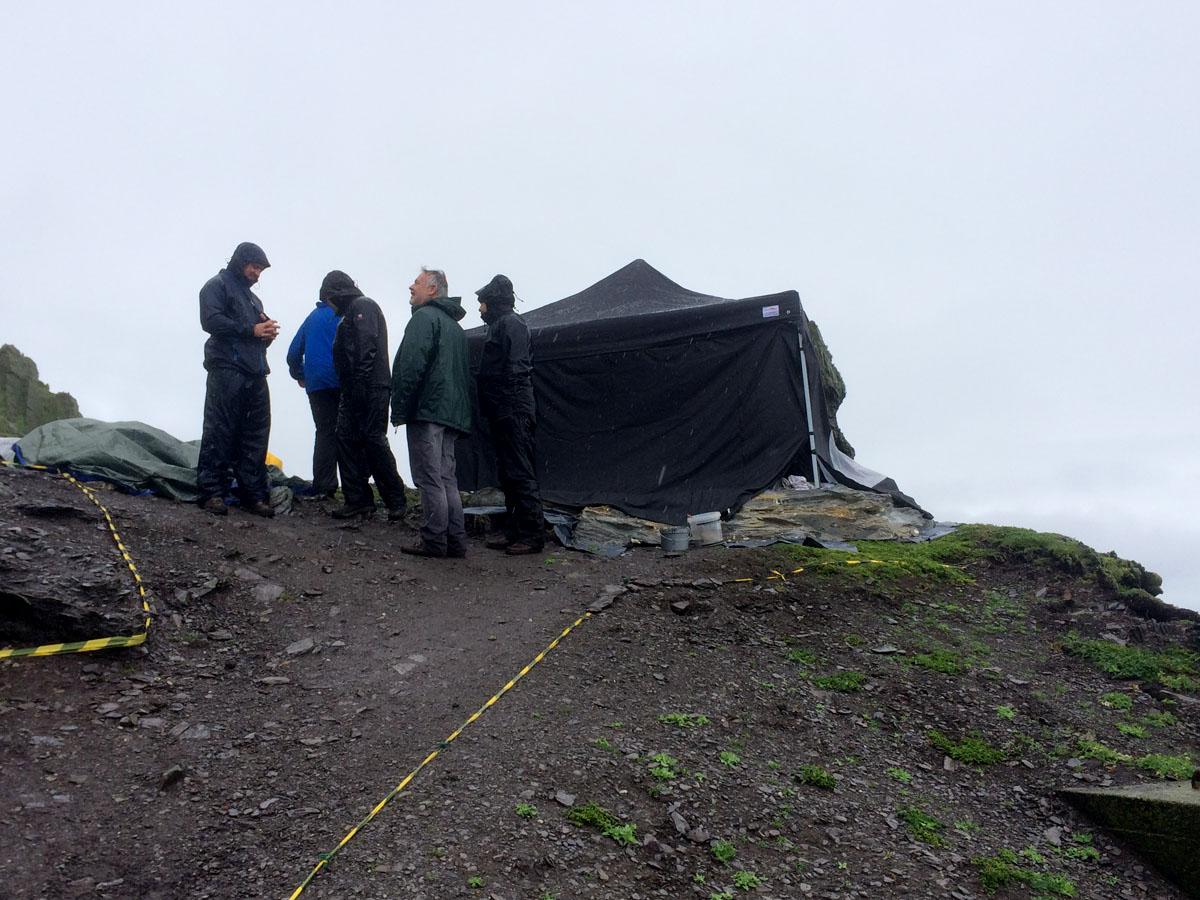 A Star Wars stábjának sátrai már állnak Skellig Michael szigetén. (fotók: starwars7news.com)