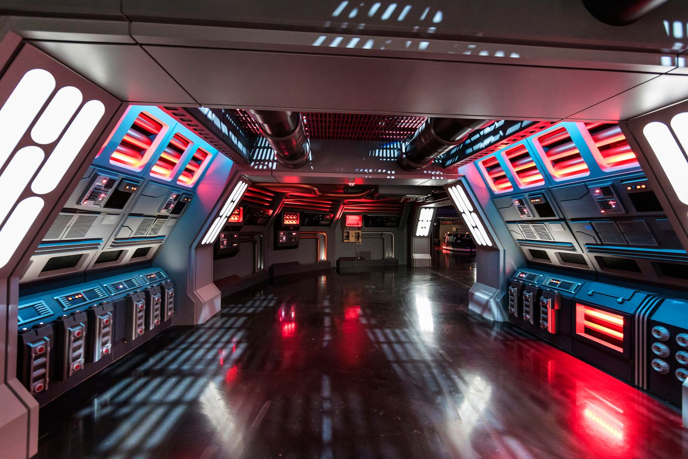 Folyosó a csillagromboló fedélzetén, ahol egy önjáró csapatszállító viszi körbe a látogatókat.