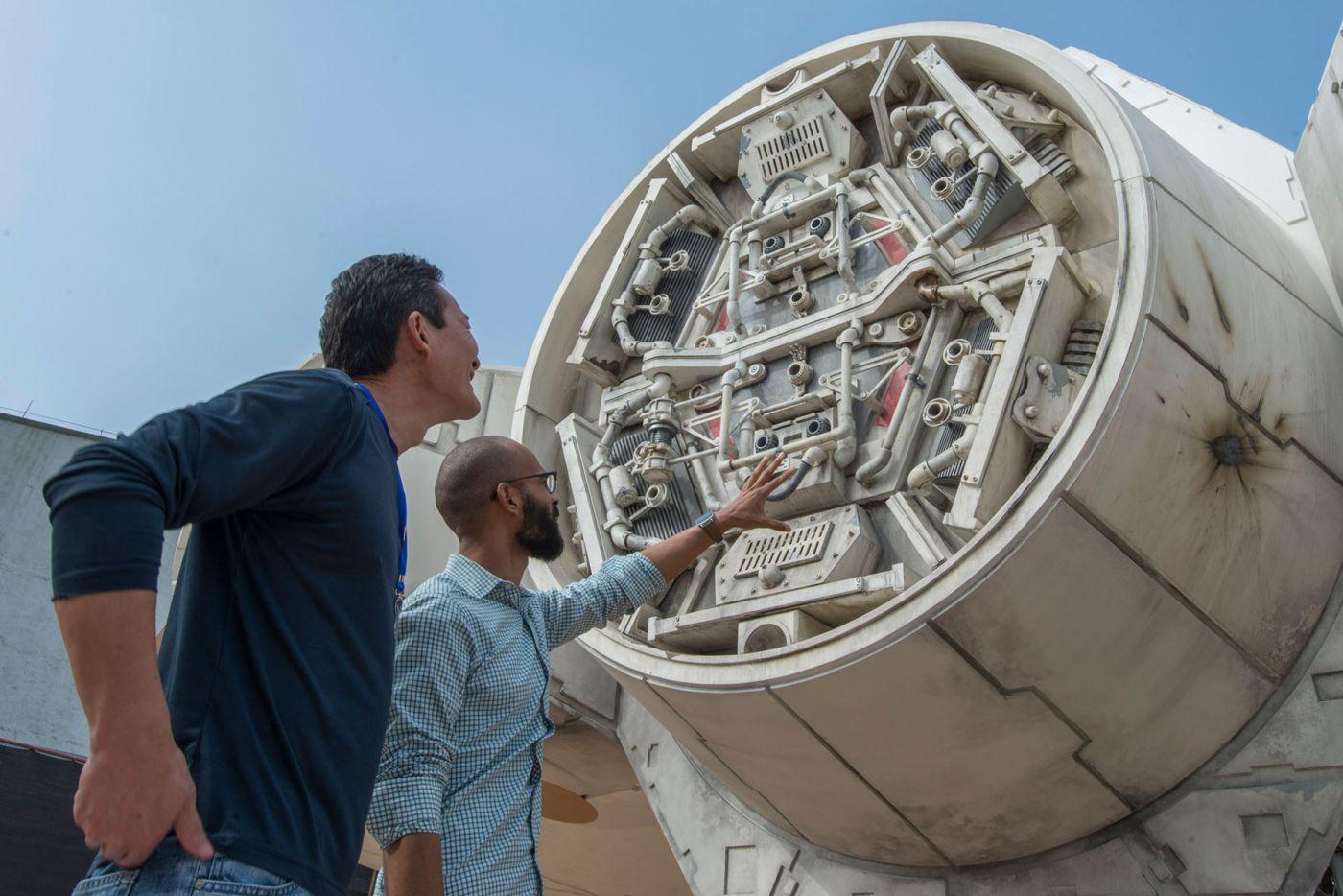 Doug Chiang, a látványtervező csapat vezetője veszi szemügyre a megépült űrhajót.