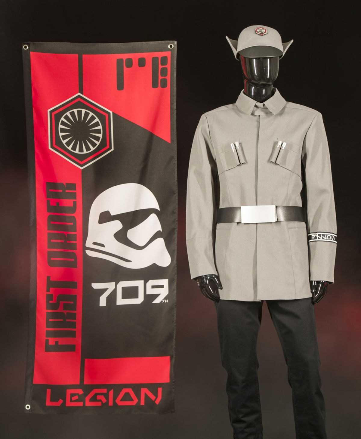 Első Rend-egyenruha a 709-es 'Red Fury' légió lobogójával