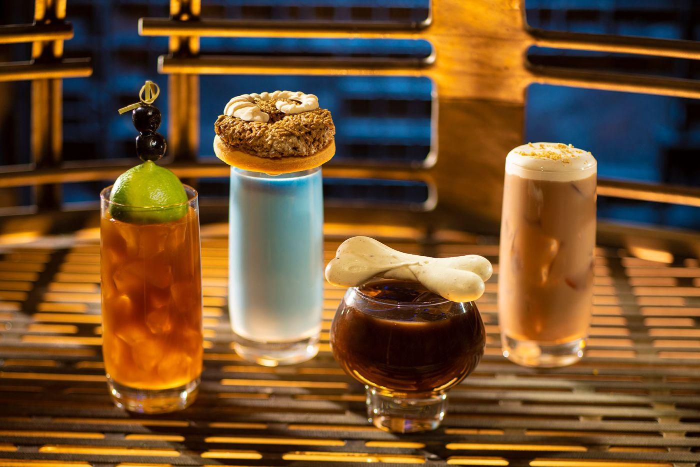 Ízes Moogan tea, Blue Bantha (kék tej), az alkoholos Bloody Rancor és egy pohár Black Spire Brew