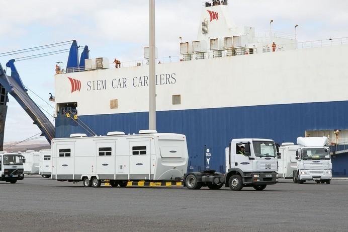 A kocsikat hajóval szállították a Kanári-szigetekre, míg a konténerek jelentős részét egy hatalmas teherszállító repülő hozta és viszi is vissza Londonba.