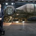 A Disney-vezér az újjáépült Millennium Falconnal pózol