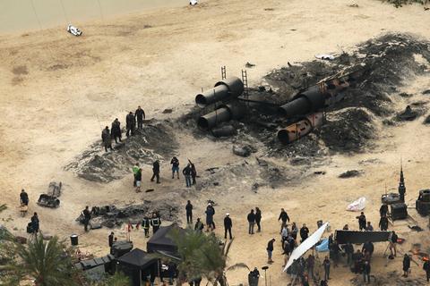 Kabátok és pálmafák. A homokos tengerpartot az angliai Elstree stúdió területén alakították ki. (fotó: TMZ)