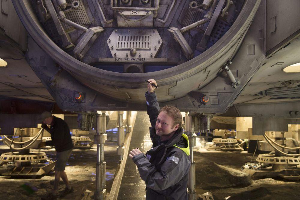Rian Johnson rendező kézjegyével látja el a Millennium Falcon díszletét