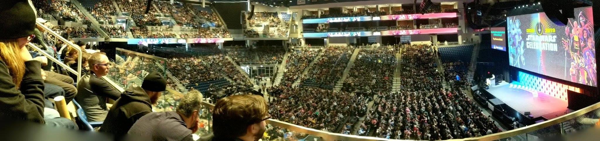 Gyűlik a közönség a IX. Epizód pódiumbeszélgetésére. (forrás: Twitter)