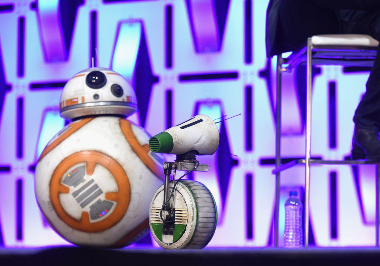 BB-8 és D-0 a színpadon (fotó: Disney)