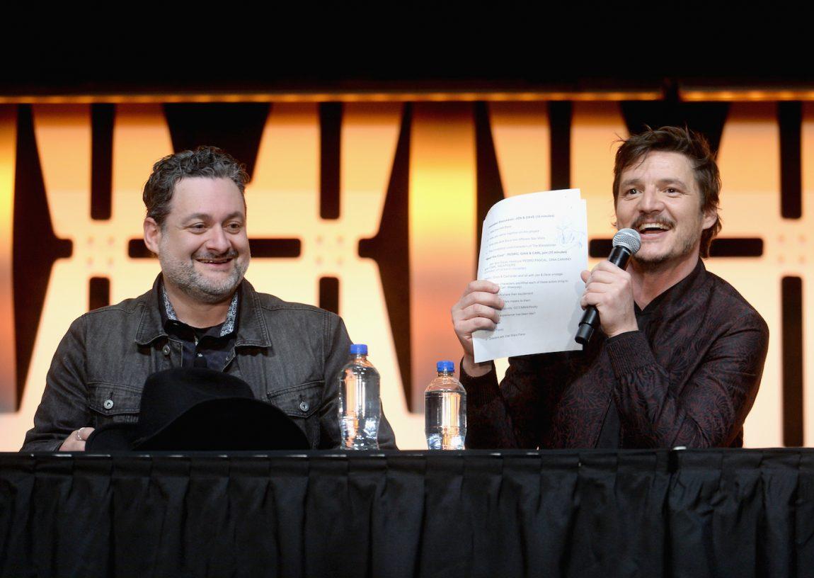 Dave Filoni rendező és Padro Pascal, a mandalóriai (fotó: Disney)