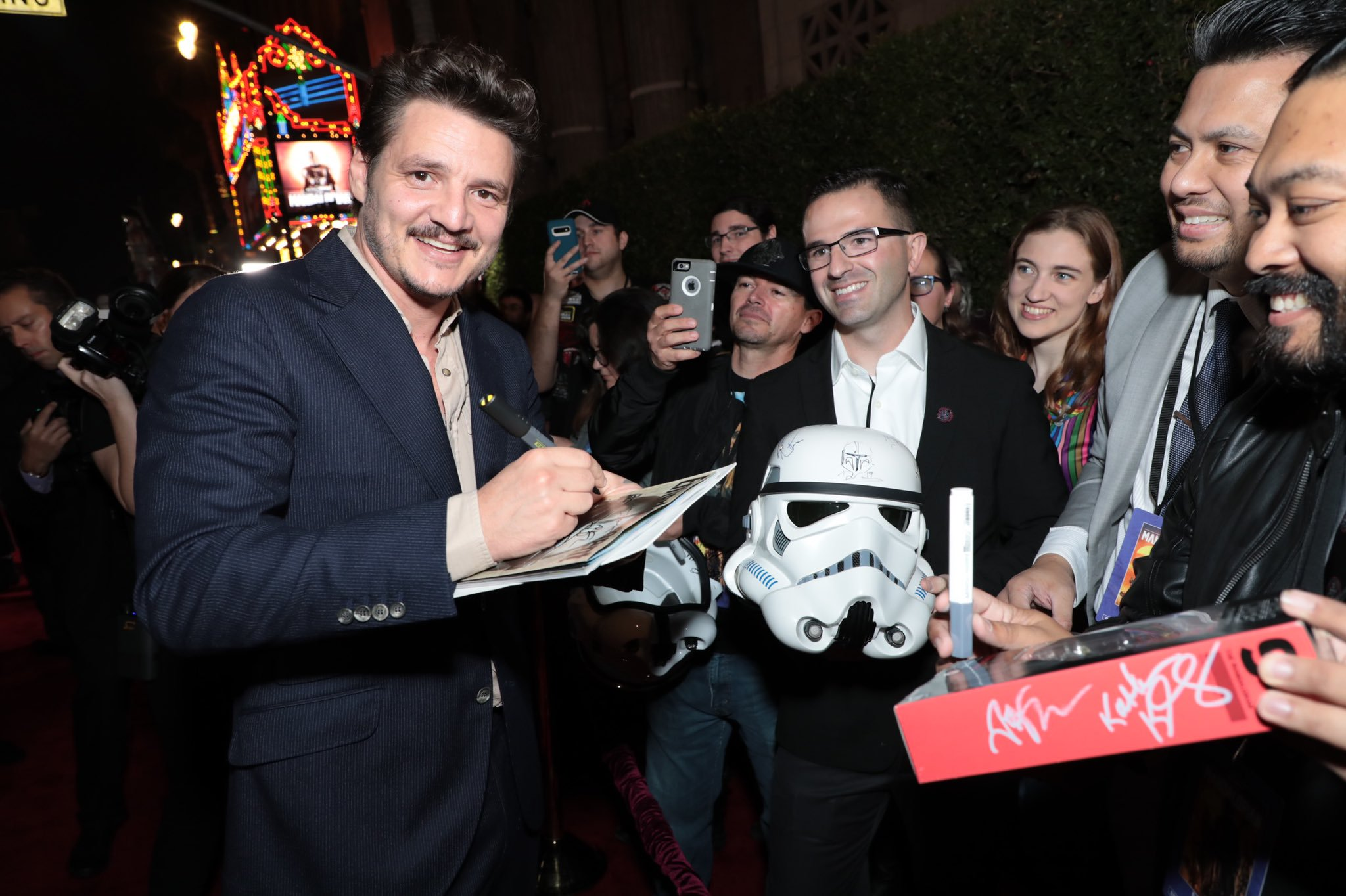 A főszerepet alakító Pedro Pascal oszt autogramot a vörös szőnyegen.