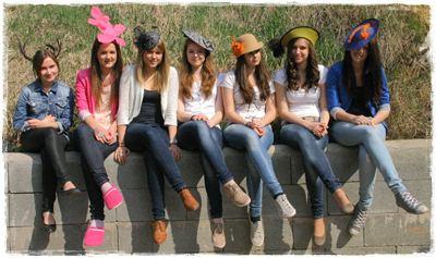 lányok a falon.JPG