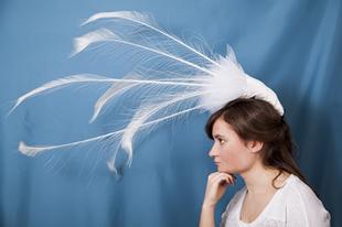 Esküvői kalapok- pávatollas volúta