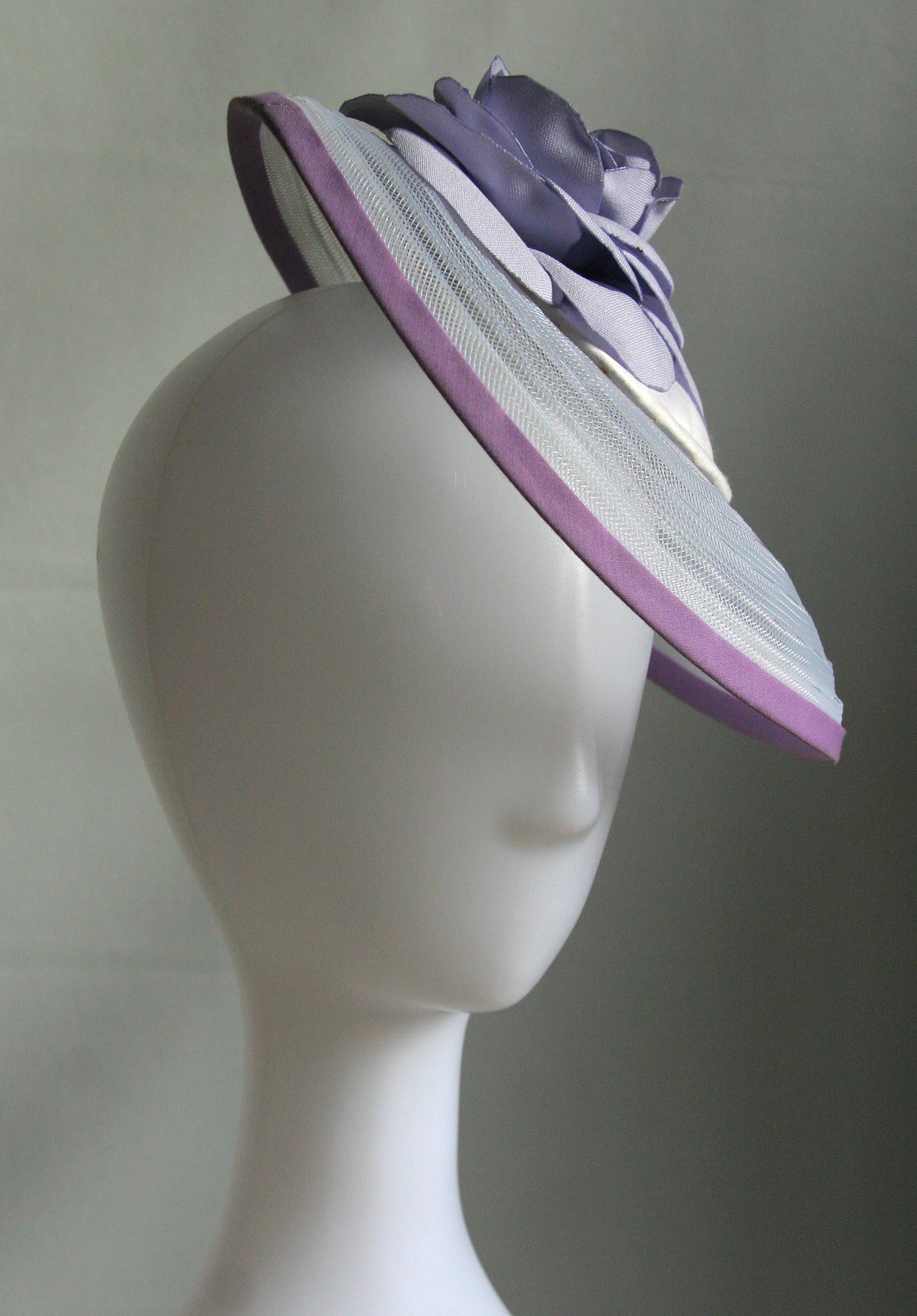 Lila fehér lószőr kalap, lehajtott karimával