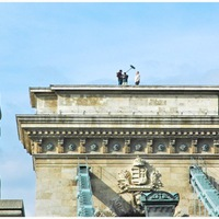 Budapest felett 2. - A Lánchíd pillérének tetején