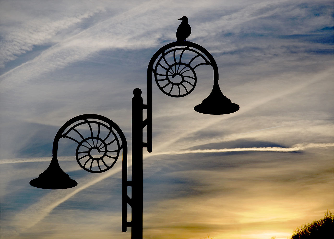 1280px-ammonite_lamp_post_at_dusk_lyme_regis.JPG