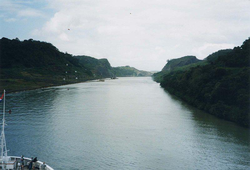 250px-panama_canal_approaching_gaillard_cut_1.jpg