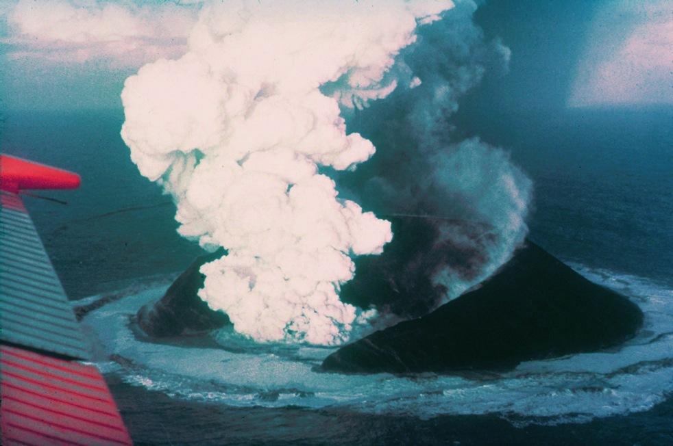 Surtsey_eruption_1963_wiki.jpg