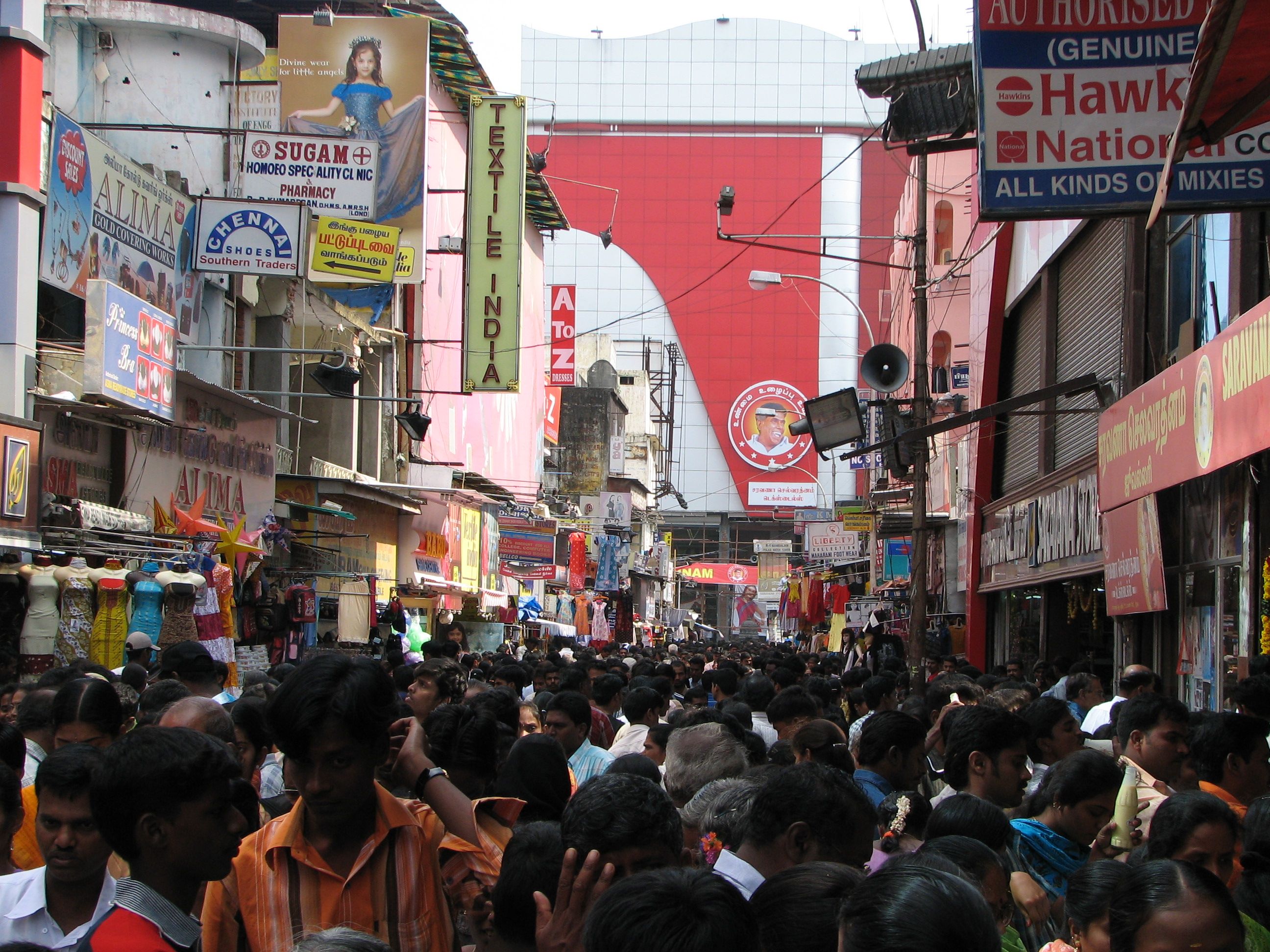 india_sights_culture_002_crowd_shopping_342046315.jpg