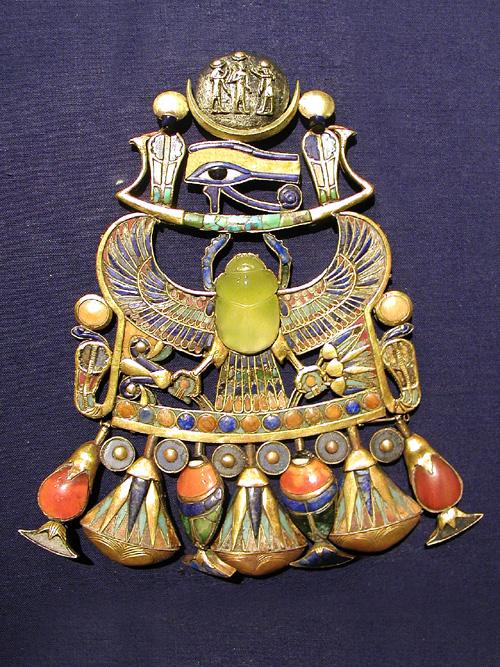 tutankhamun_pendant_with_wadjet.jpg