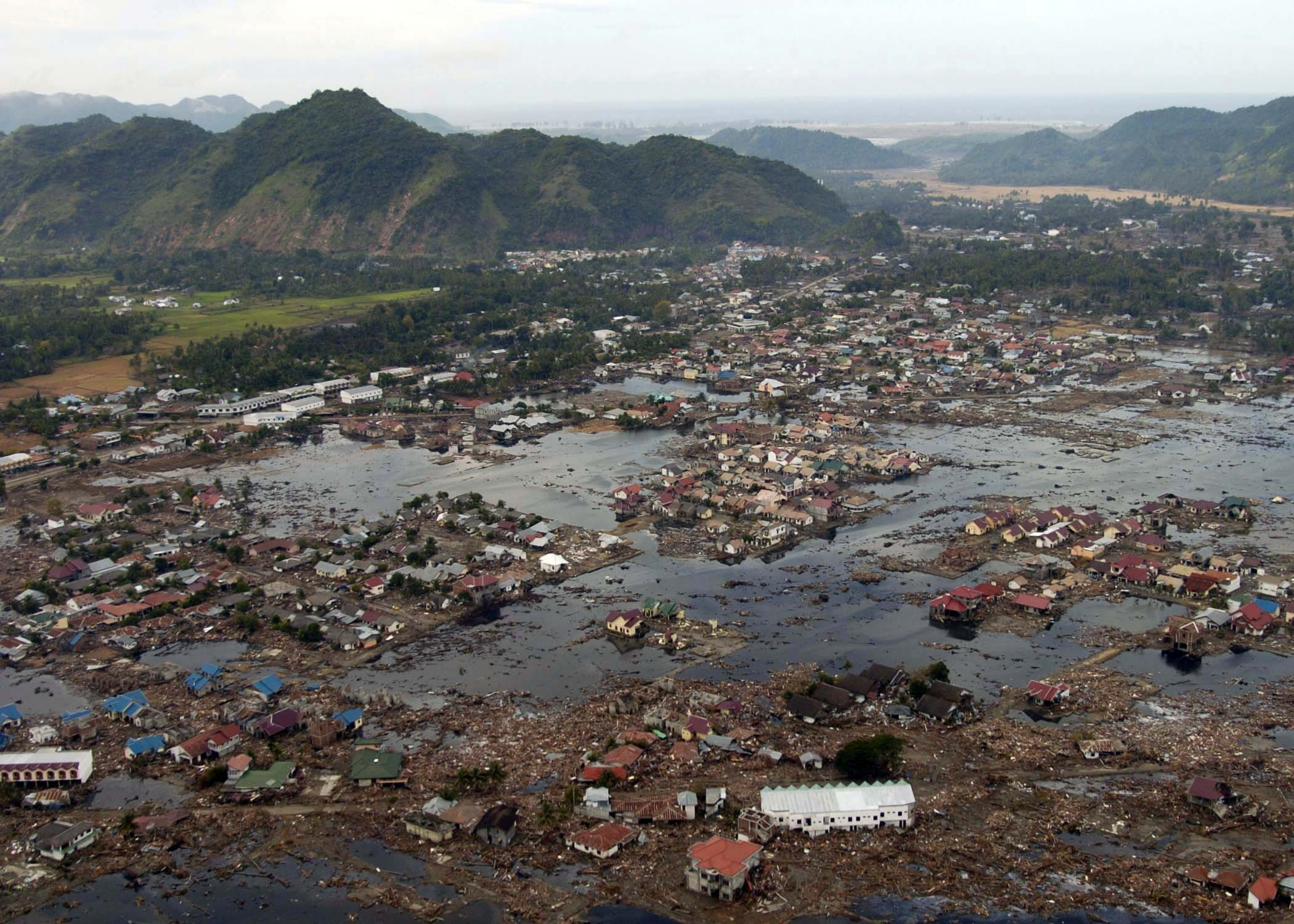 us_navy_050102-n-9593m-040_a_village_near_the_coast_of_sumatra_lays_in_ruin_after_the_tsunami_that_struck_south_east_asia.jpg