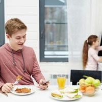 Ingyen ehet a gyerek? Igen, csak legalább akkor ne mobilozz!