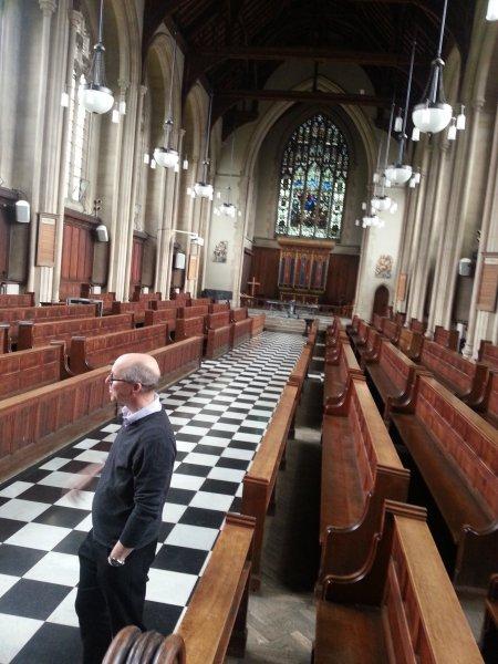 A padok még a hagyományos egyetemi kápolnák elrendezését tükrözik a Gloucestershire Egyetemen, azonban a kápolnában már csak héba-hóba vannak istentiszteletek. a káplán ifjúsági munkára fordítja munkája nagy részét