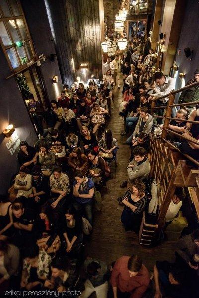 Teltházas pszichorendelés a Mika Tivadar Multatóban. Kép forrása: https://www.facebook.com/147598735309603/photos/pb.147598735309603.-2207520000.1432470660./836613729741430/?type=3&theater erika pereszlényi photo