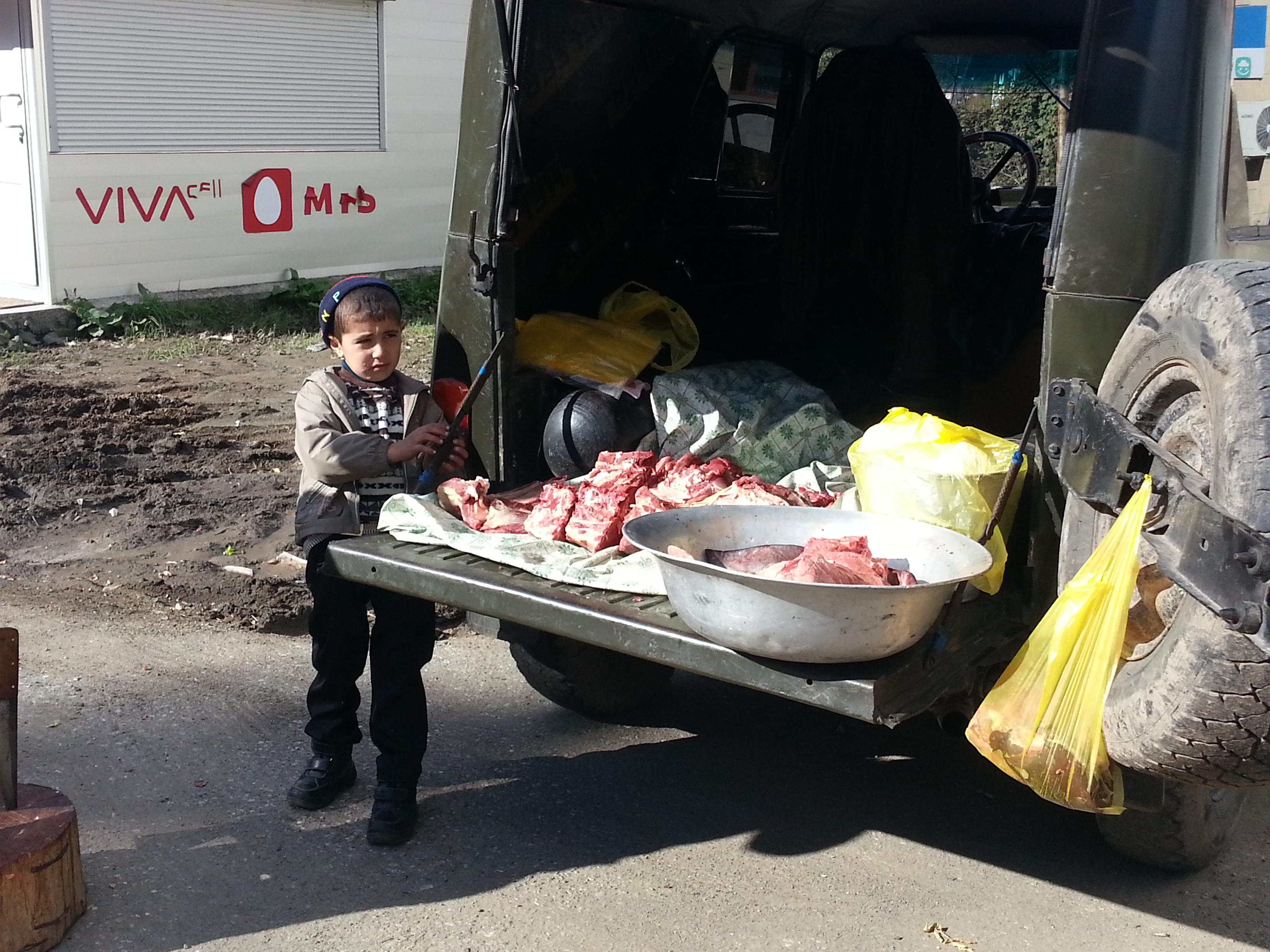 Utcai árusnál kisfiú Dilijanbn