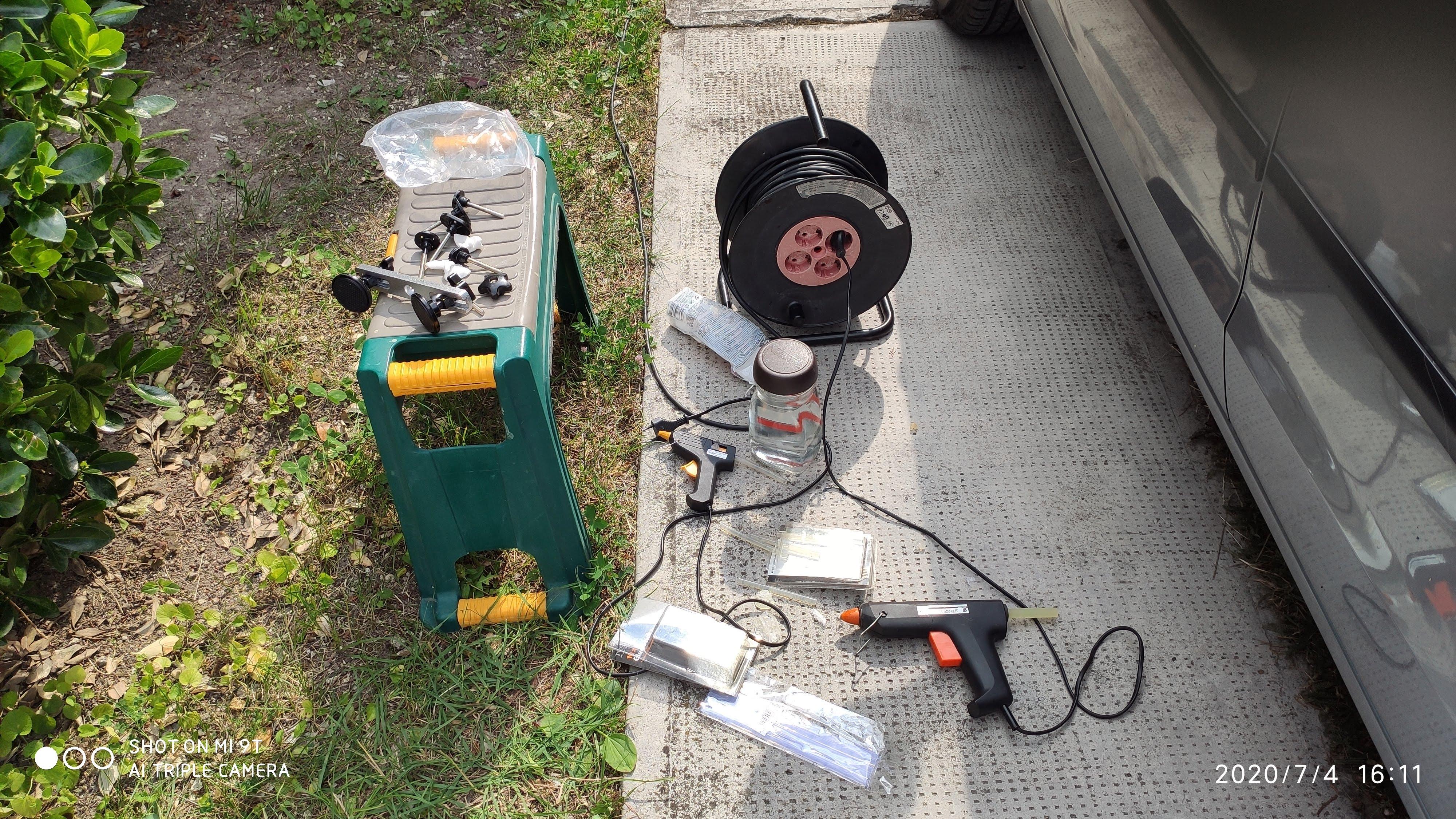 Nekiveselkedés: horpadáskihúzó készlet, ragasztópisztoly és rúd, alkohol, vattakorong, áram, Corsa.