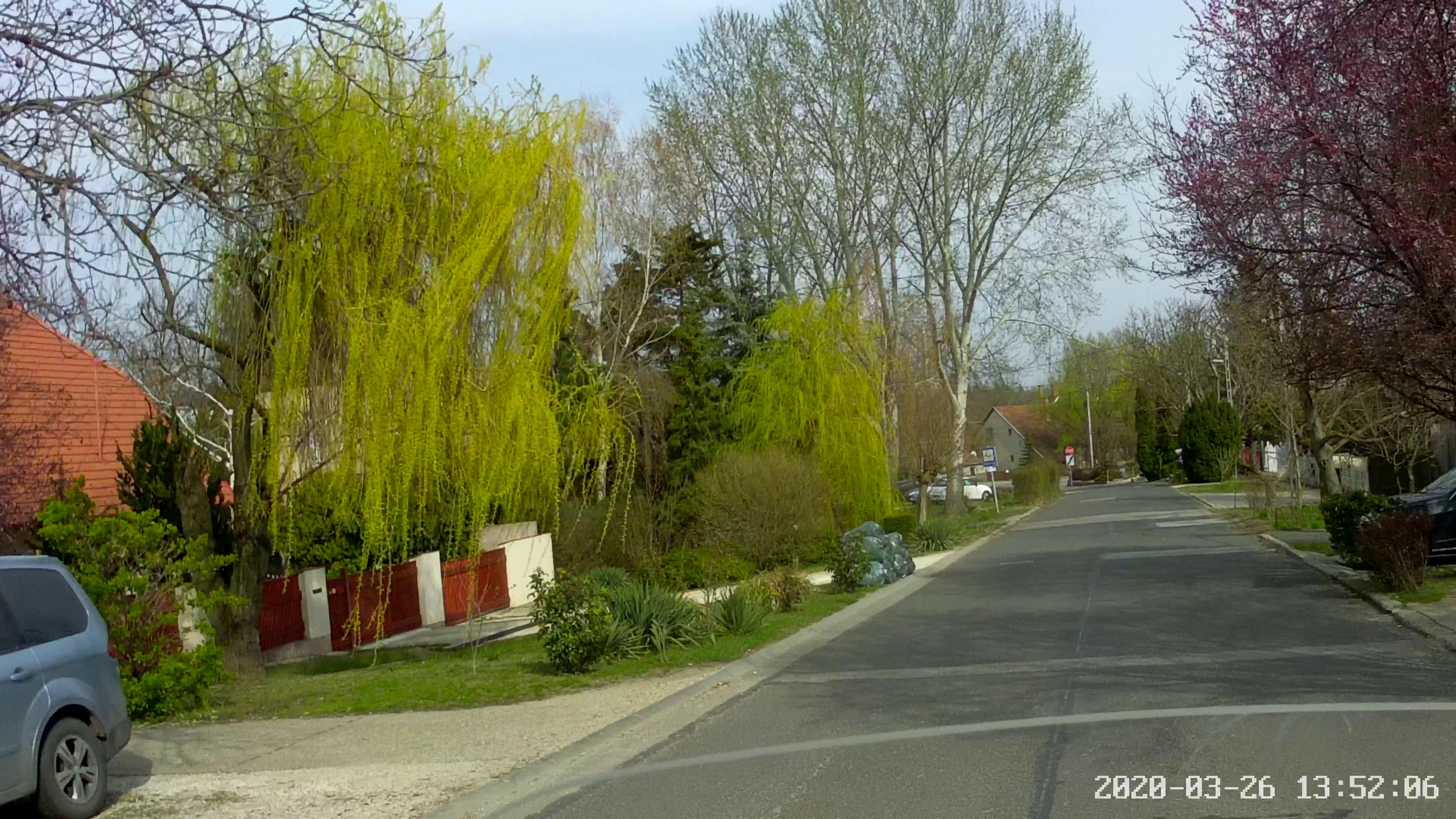 Törökbálinton már tavaszias a hangulat, itt dominál a zöld. Forgalom és ember az utcákon egészen minimális.