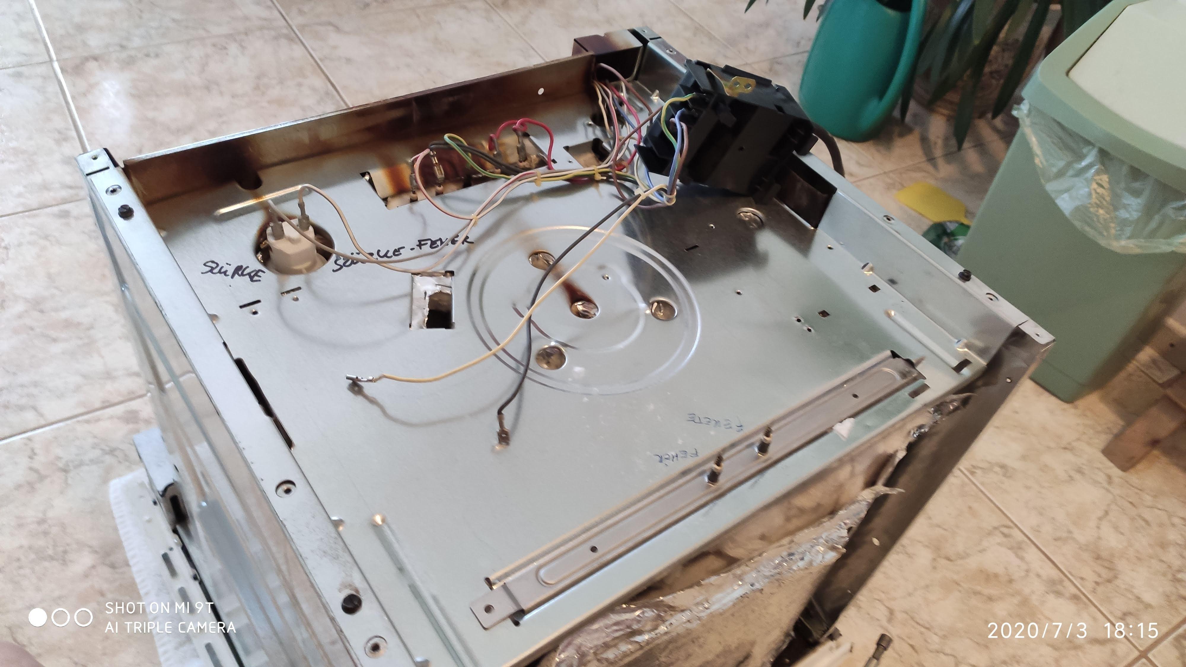 1 csavar tartja. Mondjuk az tök mindegy, hogy a vezetékek melyik csatlakozóra mennek, de azért betartjuk a gyári bekötést. Fekete villamos doboz vissza, lehet kipróbálni , majd összerakni!